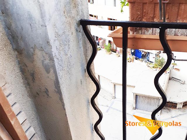 Comment poser un brise-vue de balcon, sur un garde-corps en fer forgé ?