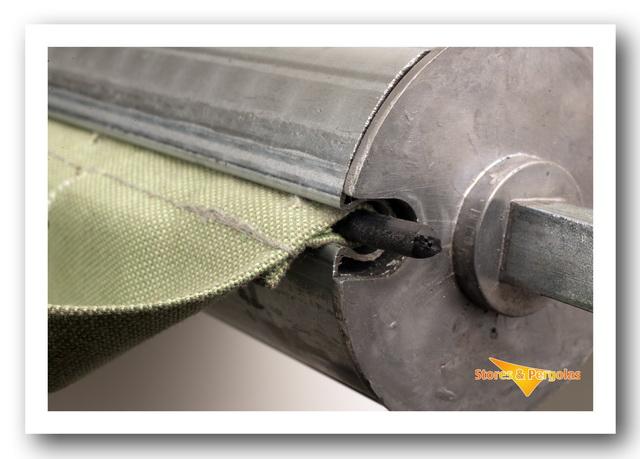 Toile de store retenuepar un jonc sur le tube d'enroulement